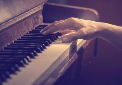ניגון פסנתר במגדלי הים התיכון